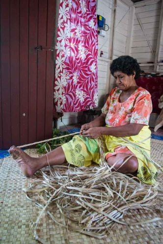 Penina weaving pandanus